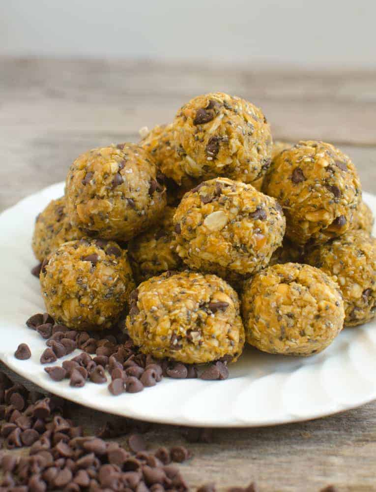 Quick healthy pumpkin oatmeal energy bites that taste like cookies but are good for you!